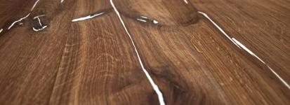 Drobná poškození dřevěné podlahy spolehlivě zakryje tvrdý vosk